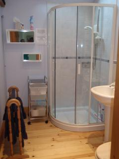 Shower room with access from bedroom and hallway