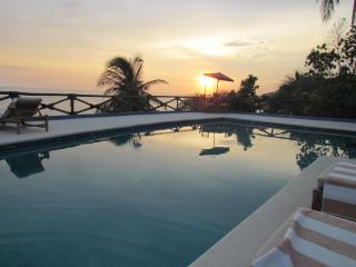 Oceanfront with spectacular sunset - Villa Pamona
