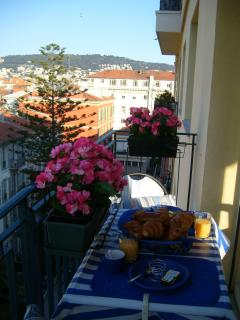 Relaxing Breakfast on the balcony & views of Mont Baron