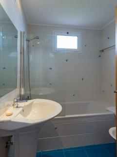 private bathroom with bathtub in all 4 rooms