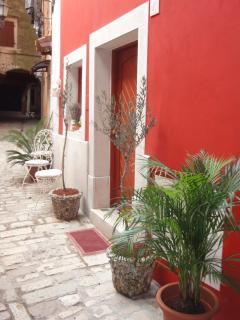 Main entrance on Villa Markiz