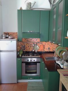Cucina completamente accessoriata con forno e microonde