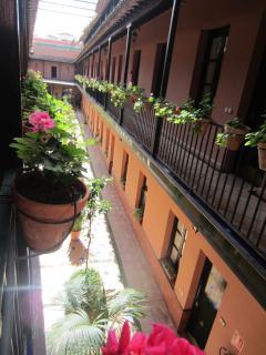 Más de 600 macetas decoran la doble balconada