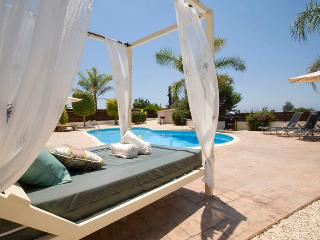 Villa St George- Large 3 Bed, 3 Bath in Agios Georgios- Walk to Beach/Tavernas