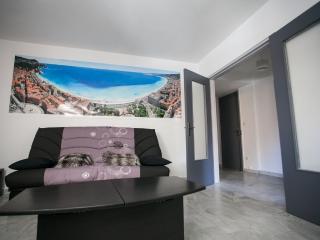 Leaving room with sofa bed. Salon avec canapé lit.