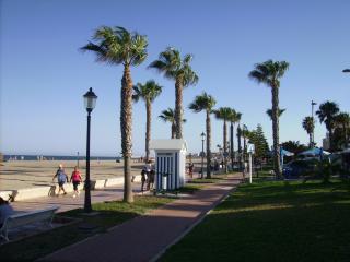 Salida directa al paseo marítimo y Playa de la Romanilla. (Bandera Azul).