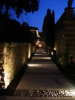 L'illuminazione notturna che ti accompagna dall'ingresso, sino alla tua comoda stanza...