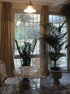 Un ambiente interno che rispecchia il verde che circonda la casa...