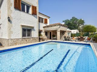 VILLA WITH PRIVATE POOL AND 5 MINUTE WALK TO THE BEACH ( Discount April & May )