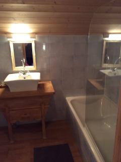 Bathroom 3 (access via bedroom 4)