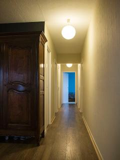 Vue sur le couloir depuis l'entrée ( vestibule)