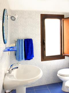 BAGNO CON BOX DOCCIA  E LAVATRICE - BATHROOM WITH BOX SHOWER AND WASHING MACHINE