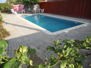 Apartment, private pool, free parking, sleeps 4, El Catllar