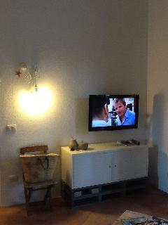 living room con tv schermo piatto lcd e divano gigante, proprio come a casa