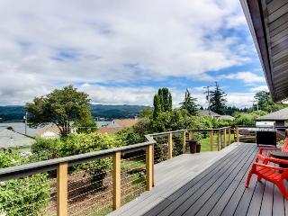 Magnificent dog-friendly home w/ lake & mountain views from large deck, Cascade Locks