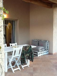 patio esterno coperto per relax e colazioni e cene all'aperto