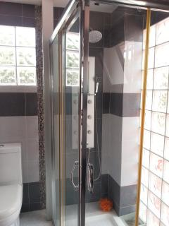 Baño con ducha acristalada