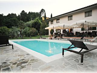 Sunny Villa in Lucca with Big Pool, Montecarlo