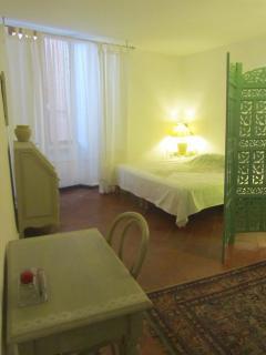 Les dimensions de la chambre de l'olivier permettent , à la demande , de mettre un lit d'a