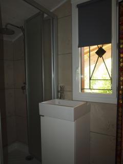 Le coin toilette de la chambre aux 4 lits : 2 en 0.90 x 2.00 et 2 en 0,80 x 2,00