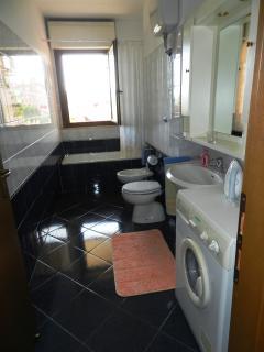 Bagno grande con vasca e lavatrice