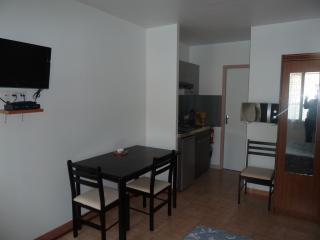 studio de 28m avec grand lit table ecran plat coin cuisine tout equipe douche wc