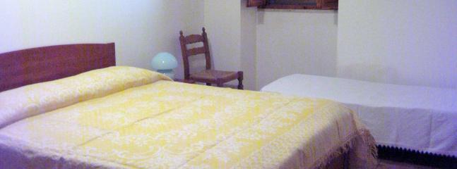 prima camera matrimoniale con condizionatore e lettino aggiunto