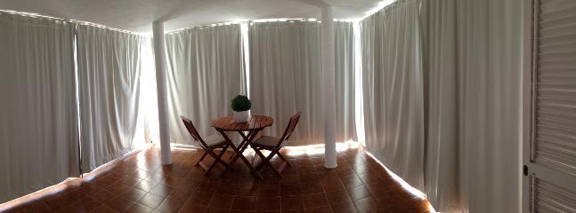 Terraza cubierta con las cortinas cerradas