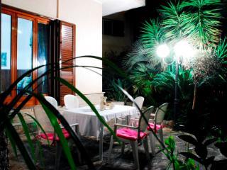 giardino di sera illuminato dai lampioni per piacevoli e fresche cene