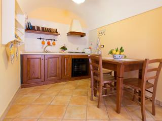 Newly refurbished apartment near Sorrento for 2, Vico Equense