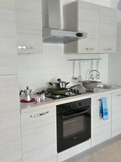 Cucina accessoriata con GAS, Forno microonde, Frigorifero, forno, Bollitore