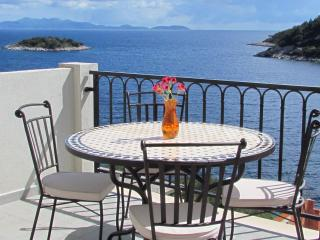 Spacious 2-bedroom apartment with amazing sea view, Korcula Stadt