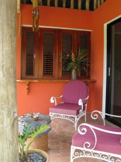 Terrasse du bungalow indépendant avec son lit King et sa salle de bains