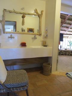 salle de bains et sa douche ronde ouverte de 9m2