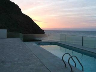 Area común y piscina al amanecer