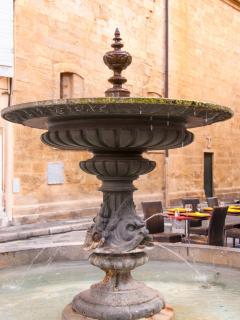 La fontaine au bout de la rue