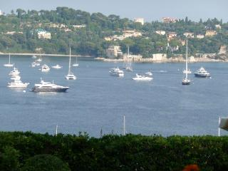 Gorgeous sea view apartment in Villefranche-en-Sur with terrace, private patio and pool access, Villefranche-sur-Mer