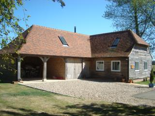 Podlinge Barn, idyllic rural setting, close to Canterbury, tennis court