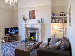 This is a spacious, sunny apartment. Plan your days with pleasure. Visit Devon and Cornwall easily.
