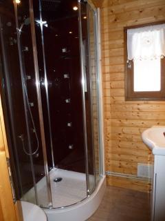La salle de bains avec douche hydromassante