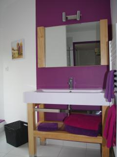salle de bain attenante à la chambre mauve