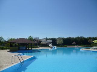 FULLY AIR CONDITIONED 1 BEDROOM APARTMENT NEAR TO LARGE SWIMMING POOL