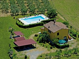 In the heart of the rolling Tuscany hills, staffed farmhouse features shared swimming pool, playground, private garden and terrace
