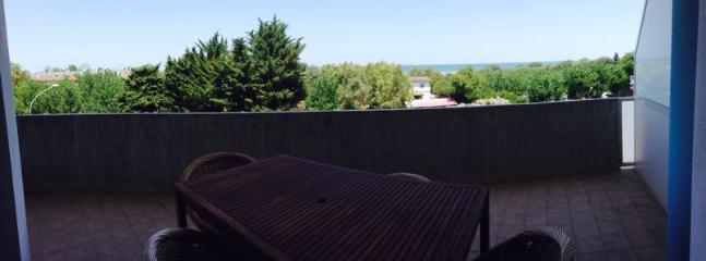 terrazzo attrezzato con tavolo e poltroncine