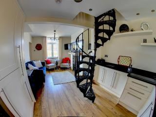 Driftwood cottage luxury city break, river views., Chester