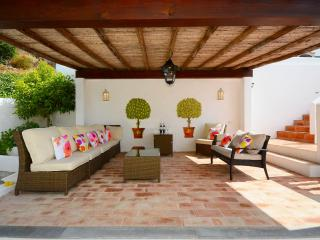 Breezy outdoor living with handy drinks fridge - just steps away from the pool