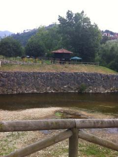 Horreo típico visto desde el otro lado del río