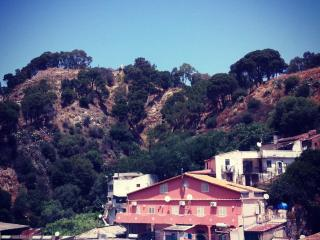 Sicilian city holiday between sea and mountains