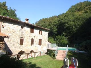Mulino Coreglia, converted Mill, riverside location, 1.5km from village WIFI, Tereglio