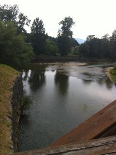 Vista del Río Sella desde el puente de madera ubicado delante del apto.